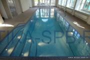Бетонная лестница в бассейне