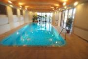 Переливной частный бассейн