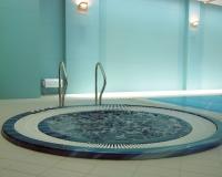 СПА ванна в бассейне