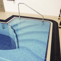 Римская лестница в бассейне