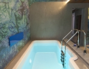 Монтаж стеклопластиковой купели в помещении бассейна